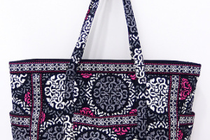 Get Carried Away Tote in Canterberry Magenta 旅行にもママバッグにも!