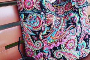 ひさびさにVera買いました。でかバッグ欲しかったので。このカラー、最初見たときうわぁ…って思ったんだけど、不思議と持ってみると可愛くて、ひさびさにVeraっぽいのでいい感じ。裏地も可愛いです! #verabradley