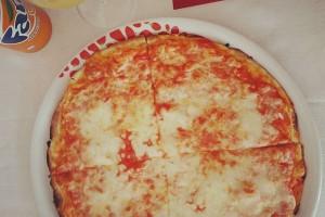 最後のミッション。イタリアで薄いピザをレストランで一人で食べる、を完了しました! ミッションコンプリート!